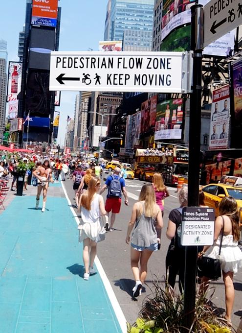 タイムズ・スクエアの歩行者天国に新しいゾーン区分けできました_b0007805_453541.jpg