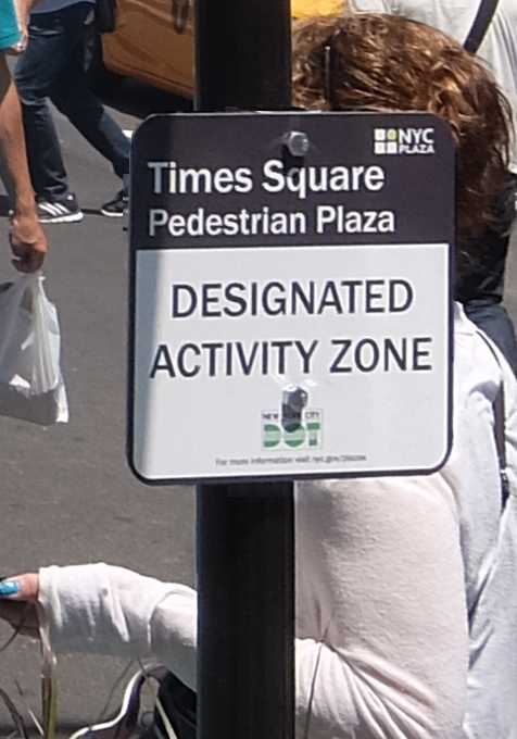 タイムズ・スクエアの歩行者天国に新しいゾーン区分けできました_b0007805_454658.jpg
