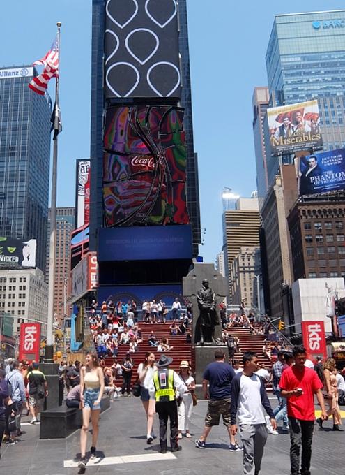 タイムズ・スクエアの歩行者天国に新しいゾーン区分けできました_b0007805_481946.jpg