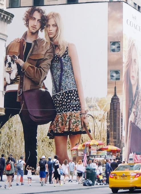 いかにもニューヨークらしい、改装工事中の5番街のお店を覆う防塵壁上の巨大ポスターや壁画_b0007805_213710.jpg