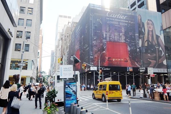 いかにもニューヨークらしい、改装工事中の5番街のお店を覆う防塵壁上の巨大ポスターや壁画_b0007805_221476.jpg