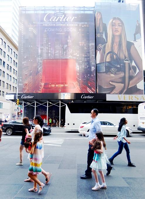 いかにもニューヨークらしい、改装工事中の5番街のお店を覆う防塵壁上の巨大ポスターや壁画_b0007805_245046.jpg