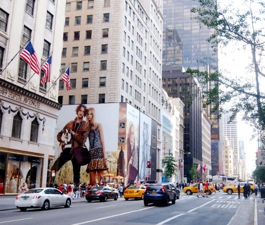 いかにもニューヨークらしい、改装工事中の5番街のお店を覆う防塵壁上の巨大ポスターや壁画_b0007805_25133.jpg