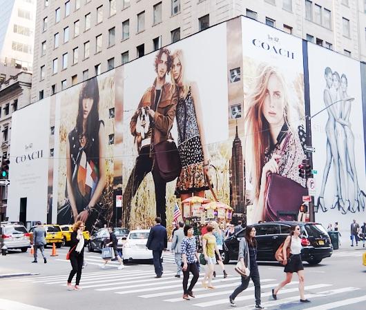 いかにもニューヨークらしい、改装工事中の5番街のお店を覆う防塵壁上の巨大ポスターや壁画_b0007805_252583.jpg