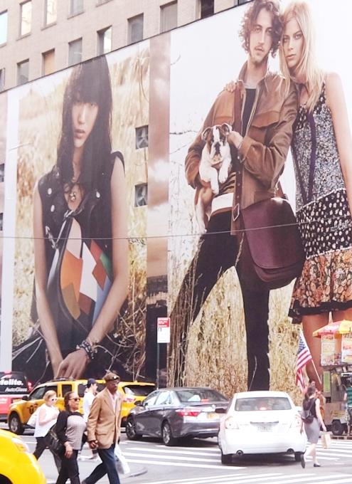 いかにもニューヨークらしい、改装工事中の5番街のお店を覆う防塵壁上の巨大ポスターや壁画_b0007805_253790.jpg