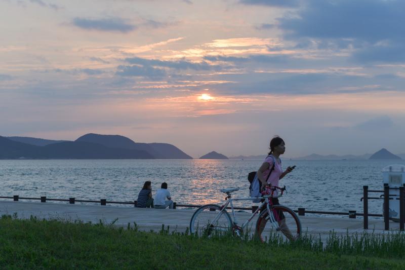 海岸散歩の夕日_d0246136_17442513.jpg