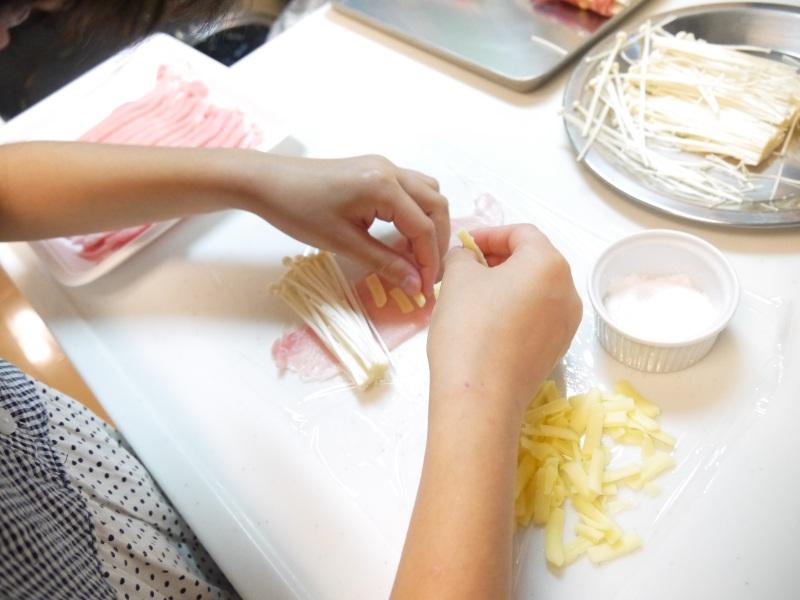 豚ロース肉のチーズ入りエノキ巻き 甘辛煮_f0361692_11280851.jpg