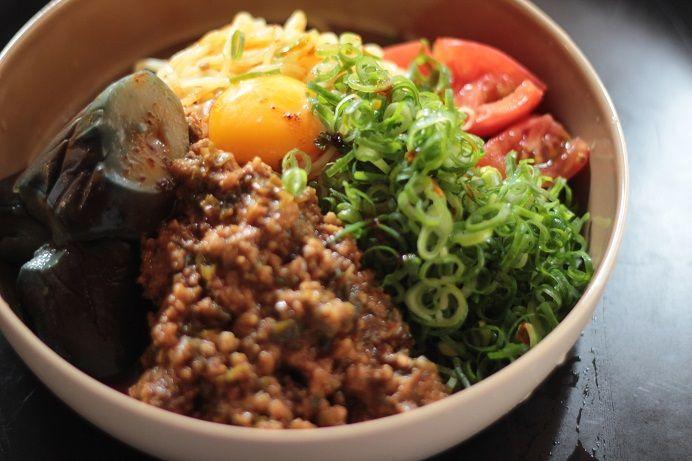 胡麻たっぷりの肉味噌と夏野菜の冷やし坦々麺&具だくさんサラダ中華麺で栄養満点!
