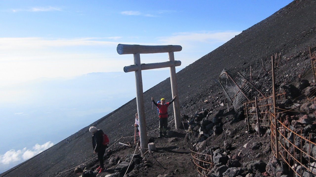 還暦富士登山 山頂鳥居到着 トータル11時間30分 _b0163804_2033234.jpg