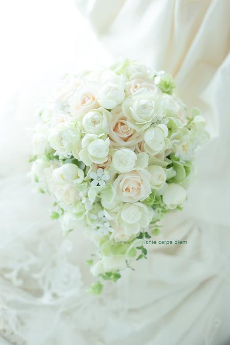 オーバルブーケ 帝国ホテル様へ、ベージュと白のバラで 夏の日に_a0042928_9132868.jpg