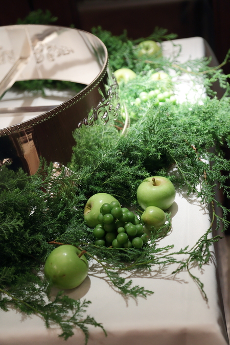 夏の装花 シェ松尾青山サロン様へ 白と緑の装花、梅ではなく青りんごで_a0042928_16192135.jpg