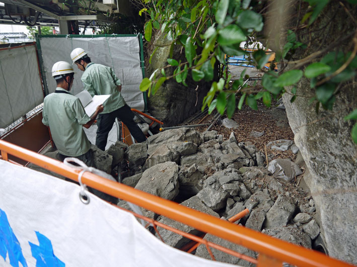 一報!緑の洞門の円覚寺側岩盤剥落:8・11_c0014967_2531653.jpg