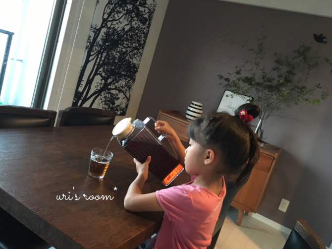 新しい麦茶ピッチャーの使い心地。それと息子の足首…それはお洒落?_a0341288_01160516.jpg