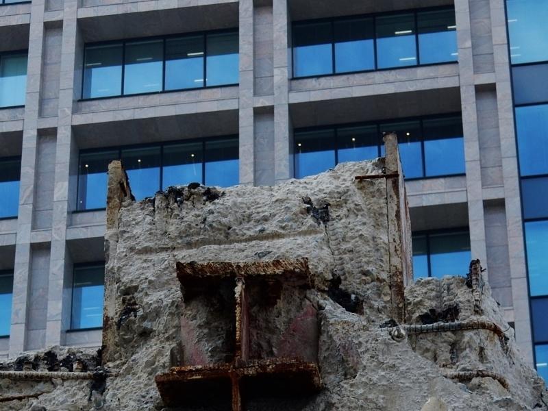 解体中のビルと隣りのビル_c0156717_10310482.jpg