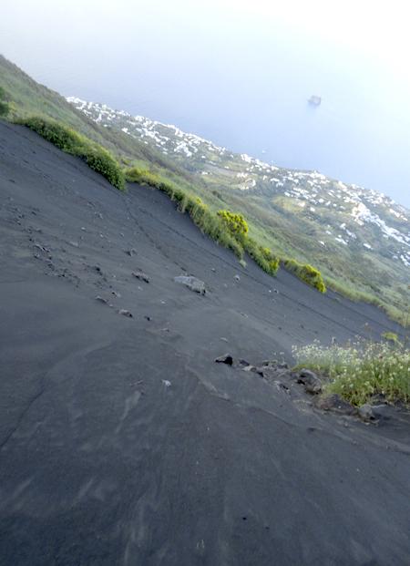 ストロンボリ島4. 汗と涙の火の山登山〜 ついに…ついに…涙のフィニッシュ!!_f0205783_20561741.jpg