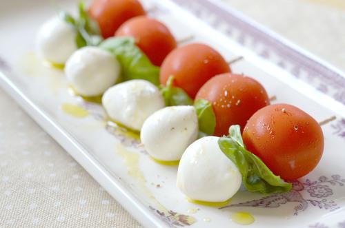 トマトとモッツァレラチーズ、バジルのサラダ_a0317019_1153324.jpg
