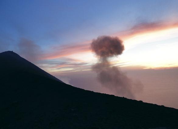 ストロンボリ島4. 汗と涙の火の山登山〜 ついに…ついに…涙のフィニッシュ!!_f0205783_22035361.jpg