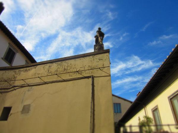 こんなお屋敷が見えてちょっと高貴な気分になれるアパート_c0179785_0373480.jpg