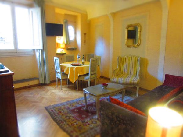 こんなお屋敷が見えてちょっと高貴な気分になれるアパート_c0179785_0383761.jpg