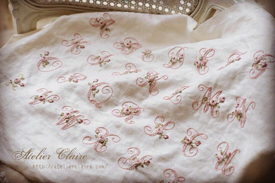 『ちいさなリボン刺繍』の花文字イニシャル刺繍にまつわるエピソード_a0157409_01522520.jpeg