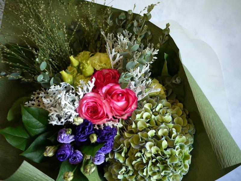 お誕生日の女性へ。バラ「ベルヴィーダ」やアジサイ等。澄川4条にお届け。_b0171193_16391275.jpg
