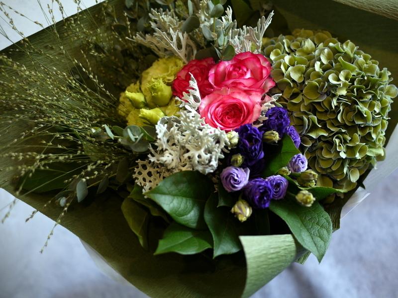 お誕生日の女性へ。バラ「ベルヴィーダ」やアジサイ等。澄川4条にお届け。_b0171193_16392131.jpg