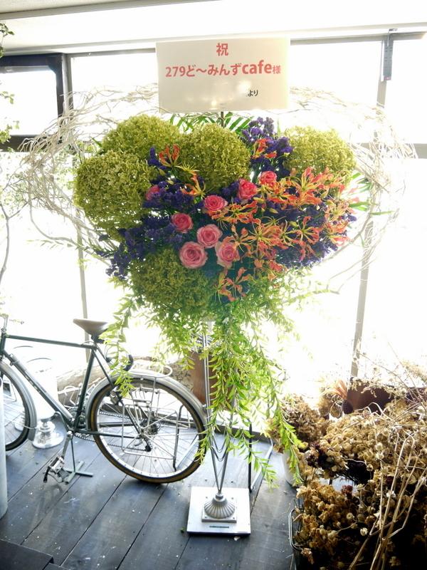 札幌芸術の森 野外ステージでの夏フェスにスタンド花。「279ど~みん'ずcafe」_b0171193_16521956.jpg