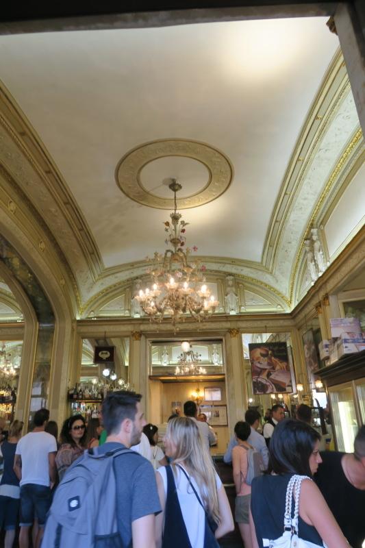 マフィアが集う??ナポリ最古のカフェ ガンブリヌス_c0366777_00503658.jpg