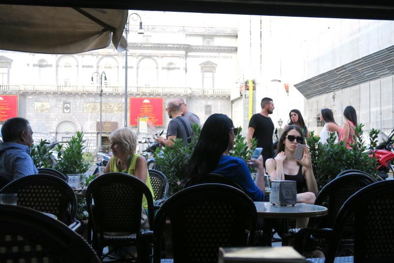 マフィアが集う??ナポリ最古のカフェ ガンブリヌス_c0366777_00534935.jpg