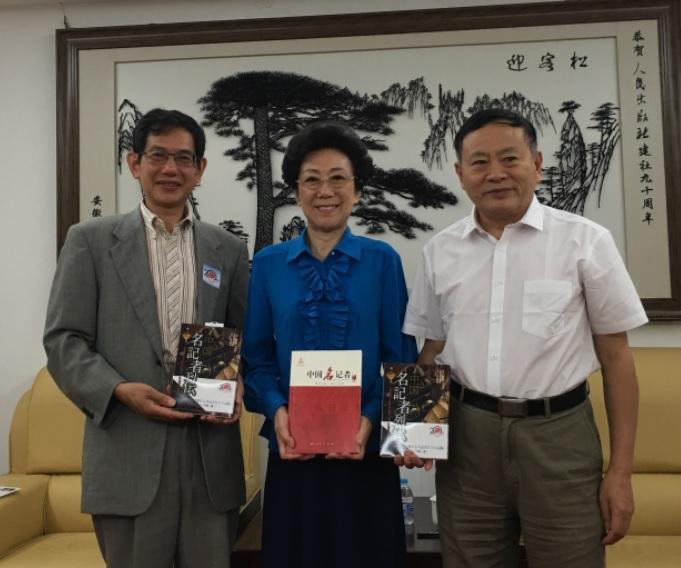 北京で本書の編者の1人である李東東さんらに『中国名記者列伝(第一巻)』を贈呈_d0027795_1631111.jpg