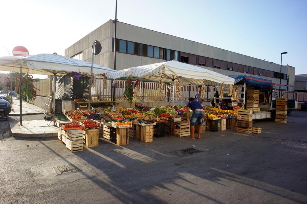 シチリア日記 Trapaniの魚市場_c0180686_16561329.jpg