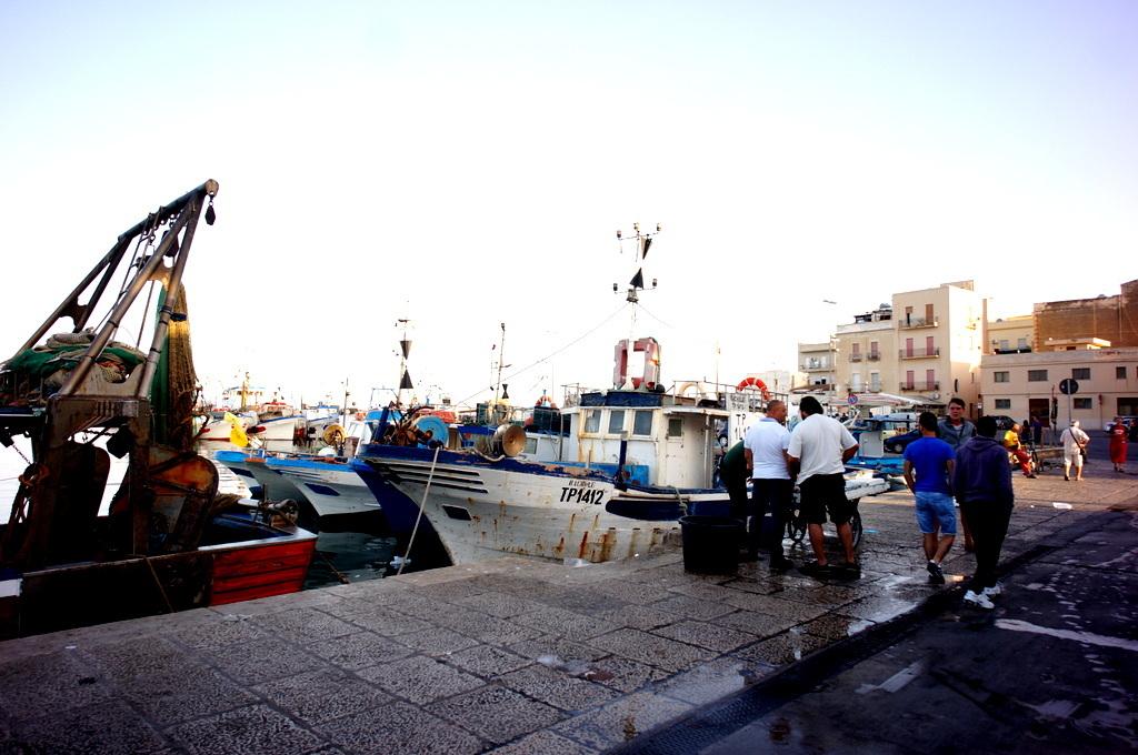 シチリア日記 Trapaniの魚市場_c0180686_16571241.jpg