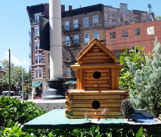 NYの街角で見かけた鳥さんのお家_b0007805_9231066.jpg