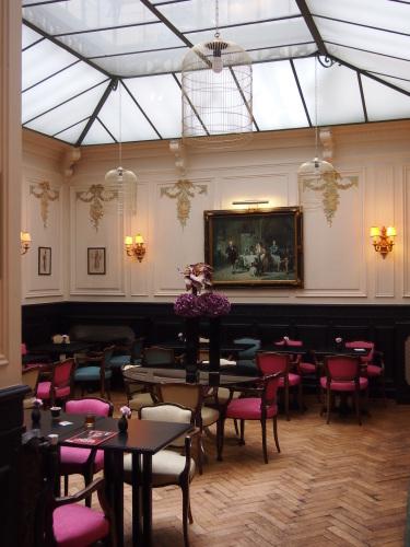 パリのホテルインテリア 朝食ルーム_f0375763_23181049.jpg