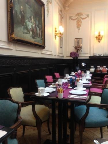 パリのホテルインテリア 朝食ルーム_f0375763_23201099.jpg