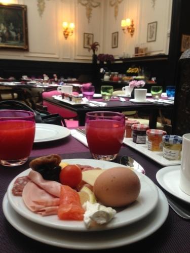 パリのホテルインテリア 朝食ルーム_f0375763_23205373.jpg