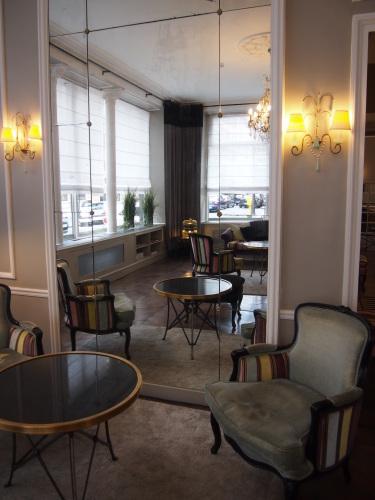 パリのホテルインテリア ロビー編  壁面とグレーを考えてみる_f0375763_23283214.jpg