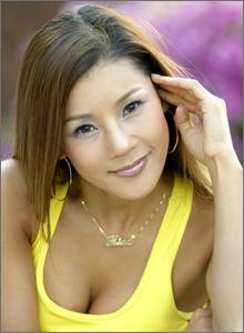 美魔女の歌手ミナ。17歳年下の彼氏、 2002年に美貌が注目、鼻の整形繰り返すもリスクが。。妹も整形被害者に_f0158064_06055483.jpg