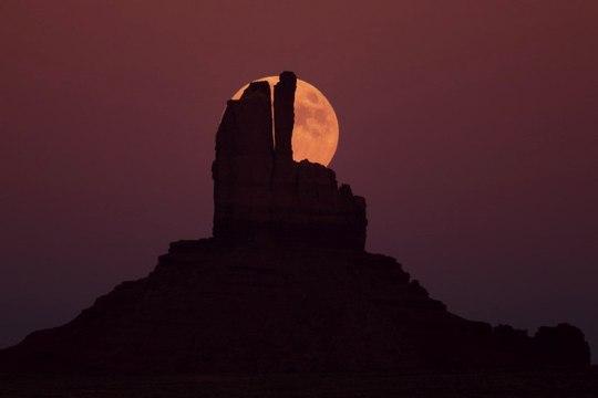 記憶の中の月(1) ~ モニュメント・バレーの月 ~_b0102572_9585132.jpg