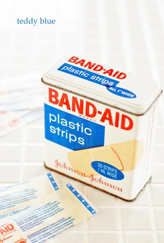 vintage BAND-AID tin box  昔のバンドエイドの缶_e0253364_22443959.jpg