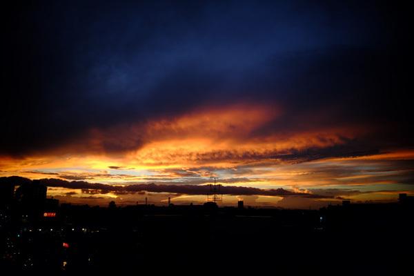 夕焼けと夜景とツタと雲_b0175635_22045585.jpg