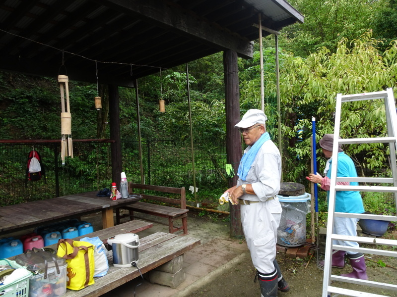 せっかく集まったが雨で作業中断・・・うみべの森_c0108460_16233712.jpg