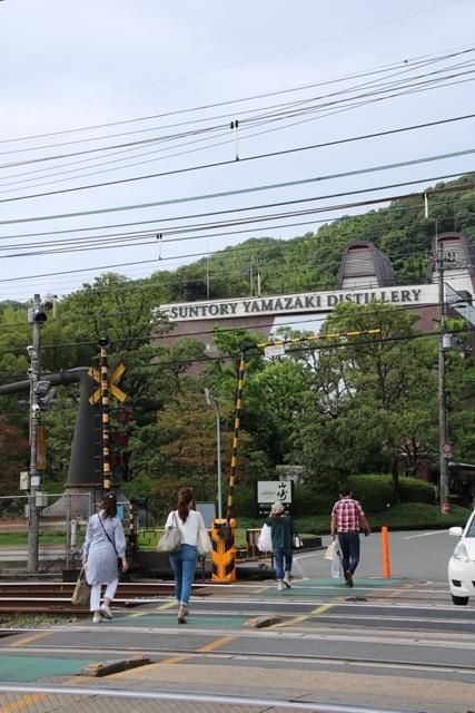 藤田八束の鉄道写真@特急「はるか」がサントリー山崎工場の前を通過・・・白いドレスの装いの貴婦人の風格_d0181492_21252448.jpg
