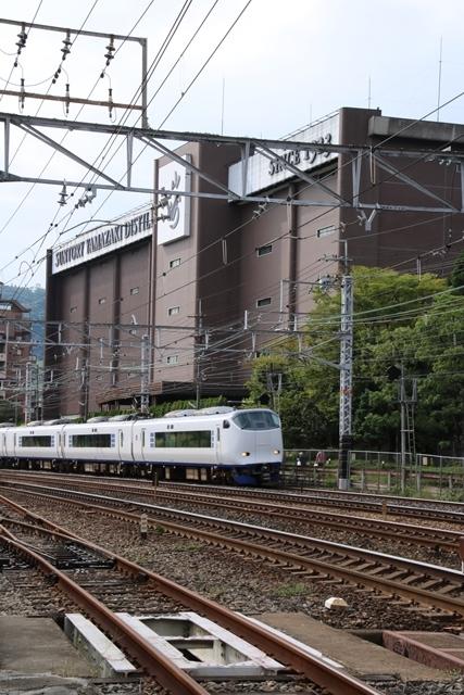 藤田八束の鉄道写真@特急「はるか」がサントリー山崎工場の前を通過・・・白いドレスの装いの貴婦人の風格_d0181492_21254515.jpg
