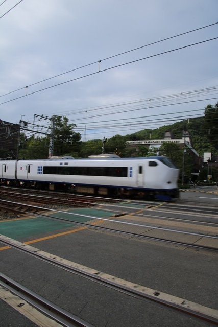 藤田八束の鉄道写真@特急「はるか」がサントリー山崎工場の前を通過・・・白いドレスの装いの貴婦人の風格_d0181492_21260318.jpg