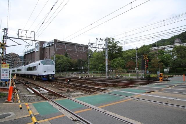 藤田八束の鉄道写真@特急「はるか」がサントリー山崎工場の前を通過・・・白いドレスの装いの貴婦人の風格_d0181492_21265963.jpg