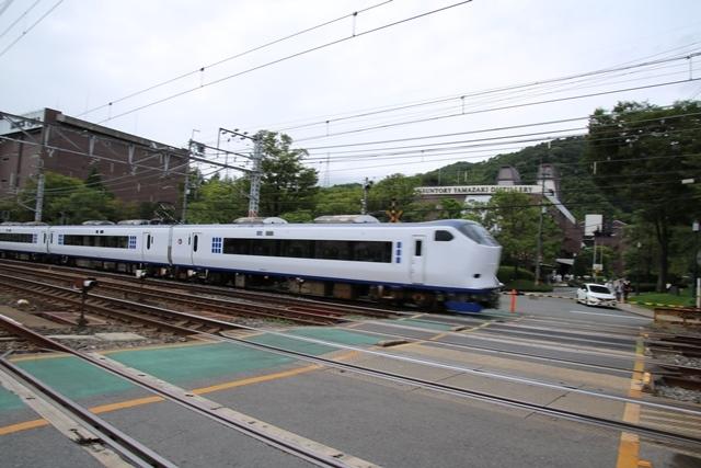 藤田八束の鉄道写真@特急「はるか」がサントリー山崎工場の前を通過・・・白いドレスの装いの貴婦人の風格_d0181492_21274692.jpg