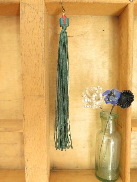 絹糸のタッセルピアス_b0249499_19425529.jpg
