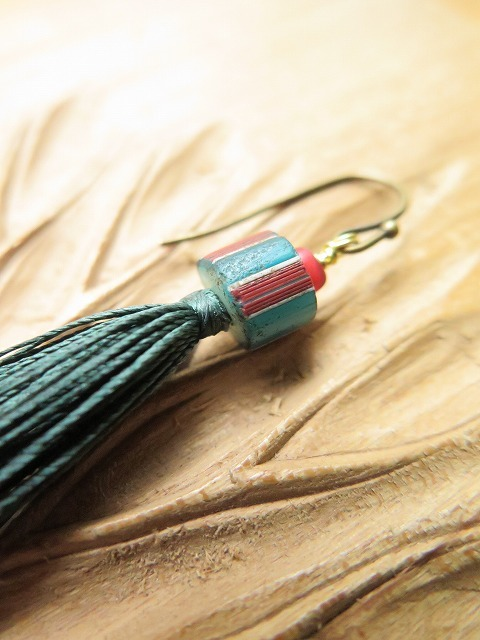 絹糸のタッセルピアス_b0249499_19430104.jpg