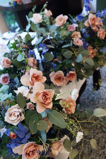 秋の装花 レストランFEU様へ お母様の愛情とウェルカムドッグのカブくんと_a0042928_1146402.jpg